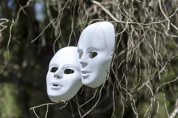 قصة الوجه المستعار – رضوان مرزوك